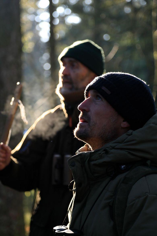 C'est au côté de son père Michel que Vincent Munier, naturaliste, a appris à observer et décrypter la forêt et ses habitants. / © RTS / Benoît Aymon